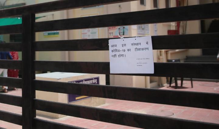 जयपुर में सेठी कॉलोनी स्थित वैक्सीन सेंटर, जहां वैक्सीनेशन बंद होने का लगा बोर्ड। - Dainik Bhaskar