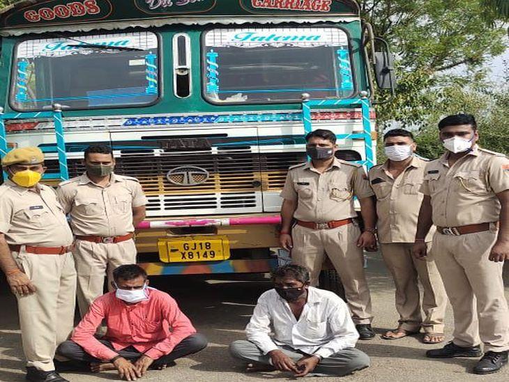 भूसे से भरे कट्टों की आड़ में छुपा कर गुजरात ले जा रहे थे 300 पेटी अंग्रेजी शराब, दो गिरफ्तार पाली,Pali - Dainik Bhaskar