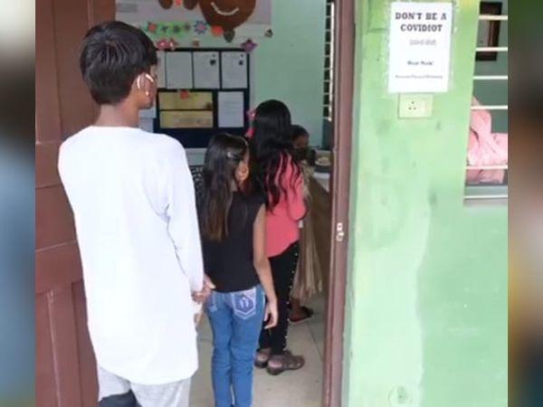 गुल्लक बैंक के जरिए परिवार की मदद कर रहे हैं बच्चे।