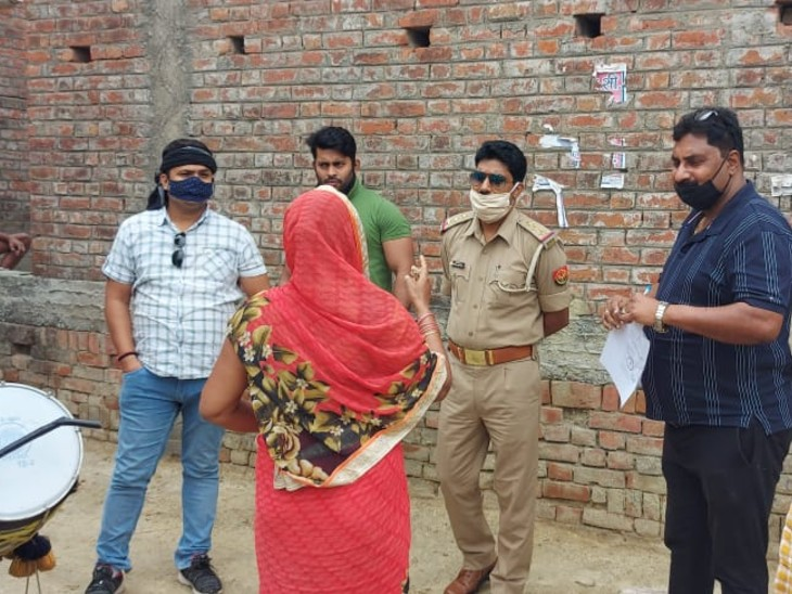 आजमगढ़ पुलिस ने घर की कुर्की के लिए नोटिस चस्पा किया, 50 हजार का इनामी बदमाश है अनुज कनौजिया|वाराणसी,Varanasi - Dainik Bhaskar