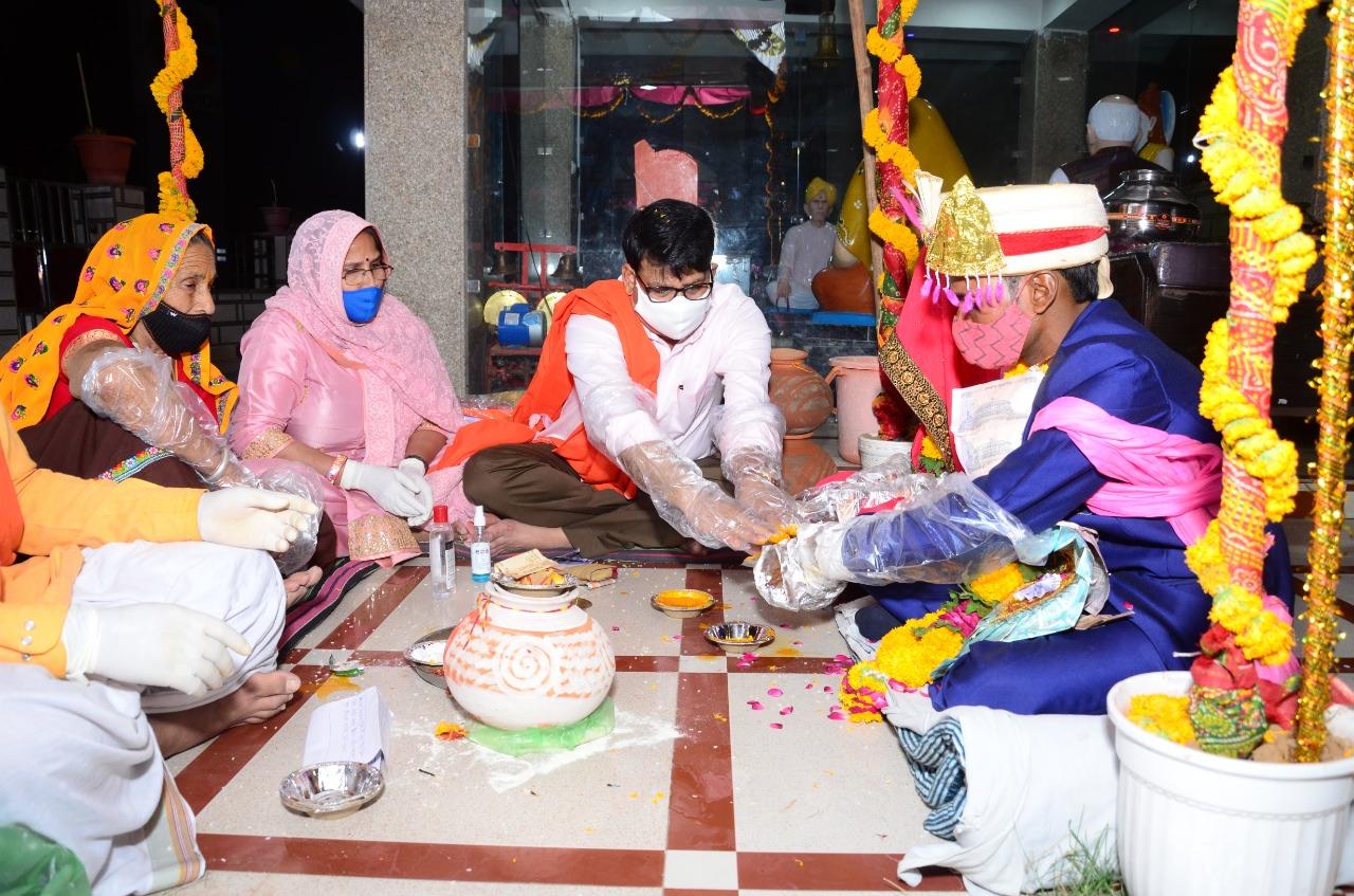 बेटी की शादी के लिए पैसे का इंतजाम नहीं हुआ तो किसान से विधायक से लगाई गुहार, विधायक ने बेटी को गोद लेकर अपने निवास पर कराई शादी, स्वयं पीले हाथ कर कन्यादान भी किया|दौसा,Dausa - Dainik Bhaskar