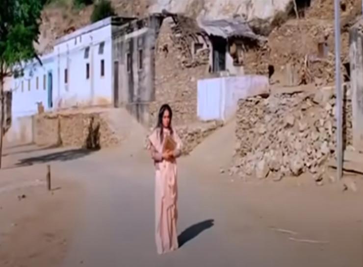 बीलवाड़ी गांव में सन्नाटे के बीच सूनी सड़क पर अभिनेत्री राखी को अकेले घूमते दिखाया था तब गांव में सन्नाटा पसरा होने के सीन फिल्माए गए थे।