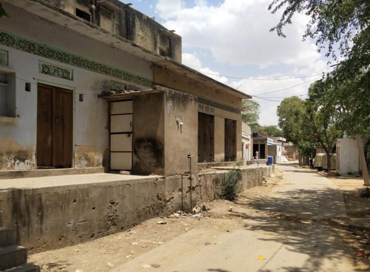 बीलवाड़ी गांव में लॉकडाउन में सूनी पड़ी सड़कें और बंद नजर आ रहे घरों के दरवाजे