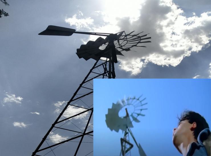 बीलवाड़ी गांव में आज भी यह पवन चक्की मौजूद है। मूवी में शाहरुख खान के साथ इसके शॉट फिल्माए गए थे।