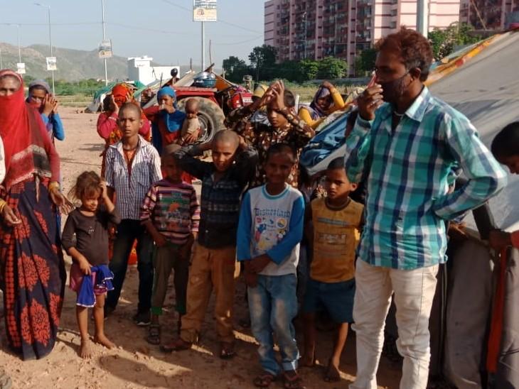 रोड किनारे तम्बू लगाकर रह रहे मजदूरी करने वाले 15 परिवारों में 45 से अधिक छोटे बच्चे, बोले मां को दूध नहीं मिल रहा तो बच्चों को कहां से मिलेगा अलवर,Alwar - Dainik Bhaskar