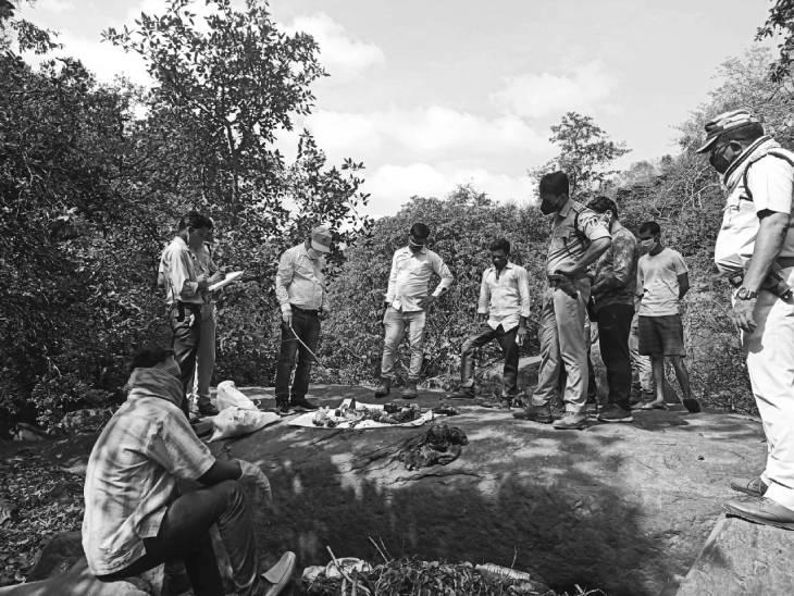 परसमनिया रोड़ स्थित राजा बाबा झरना के पास से नर कंकाल का परीक्षण करती पुलिस। - Dainik Bhaskar