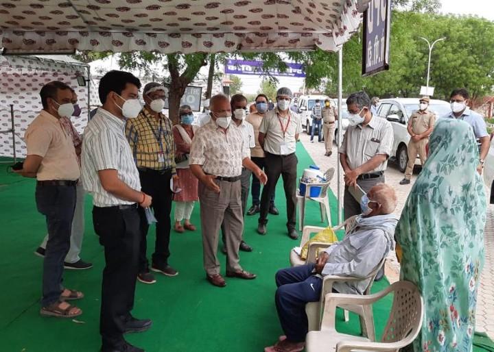 पिछले दिनों मुख्य सचिव के साथ जयपुर के बीलवा कोविड सेंटर का दौरा करते हेल्थ सेक्रेटरी सिद्धार्थ महाजन।