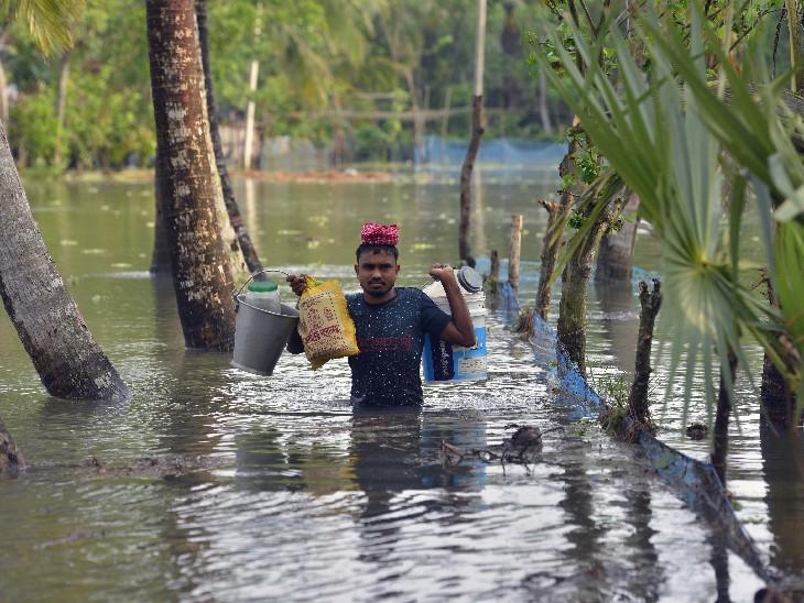 तस्वीर साउथ 24 परगना की है। यहां तूफान के बाद तेज बारिश से जगह-जगह पानी भर गया। इस दौरान एक शख्स सामान लादकर सुरक्षित स्थान पर जाता हुआ।