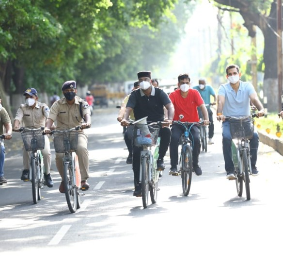 होम आइसोलेट कोरोना मरीजों का हाल जानने सड़क पर उतरे चिकित्सा शिक्षा मंत्री विश्वास सारंग; पूछे- ठीक रहने के लिए क्या कर रहे हैं? मध्य प्रदेश,Madhya Pradesh - Dainik Bhaskar