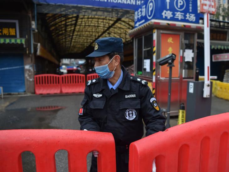 चीन ने पिछले साल कहा था कि वुहान के मीट मार्केट से वायरस फैलने की आशंका है। बाद में उसने इस पर भी चुप्पी साध ली।