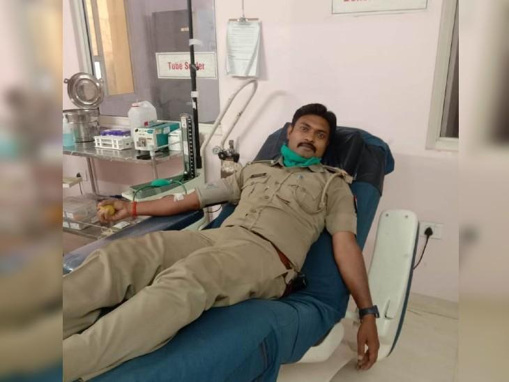 गोरखपुर के सब इंस्पेक्टर ने पेश की मानवता की मिसाल। सोशल मीडिया से मिली जानकारी, फौरन खून देने पहुंचे। - Dainik Bhaskar