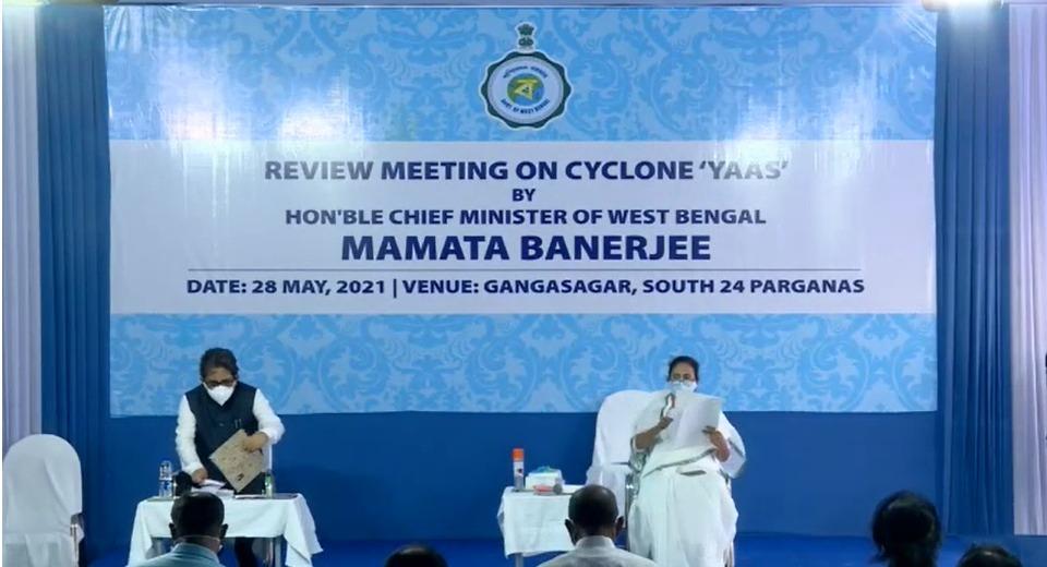 पश्चिम बंगाल की मुख्यमंत्री ममता बनर्जी खुद भी रिव्यू मीटिंग कर रही हैं। शुक्रवार को वे इसके लिए साउथ 24 परगना के गंगासागर पहुंचीं।
