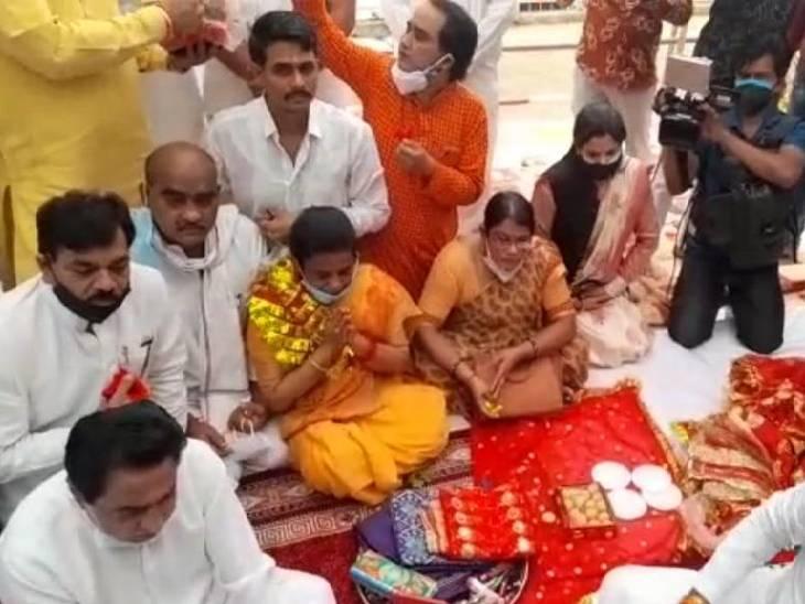 मैहर मंदिर में पूजा अर्चना करते पूर्व CM कमलनाथ।