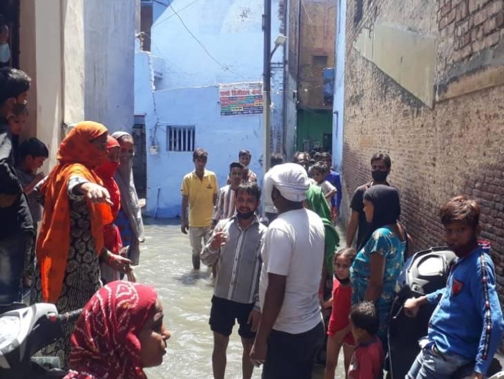 शुक्रवार को मोहल्ले वालों का धैर्य जवाब दे गया। घरों से लोग बाहर निकल आए और प्रदर्शन किया।