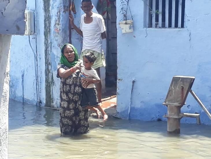 मोहल्ले के लोग जलभराव के बीच से होकर निकलने को मजबूर हैं।