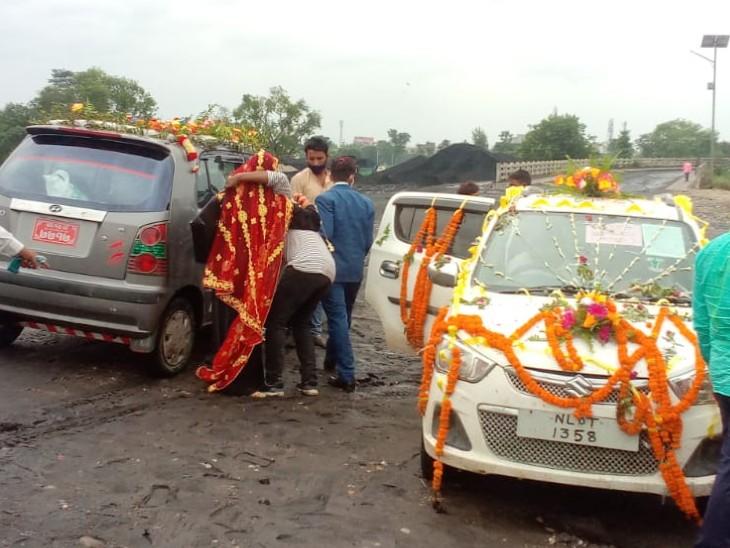 भारत-नेपाल बॉर्डर पर गाड़ी बदलते दूल्हा-दुल्हन। - Dainik Bhaskar