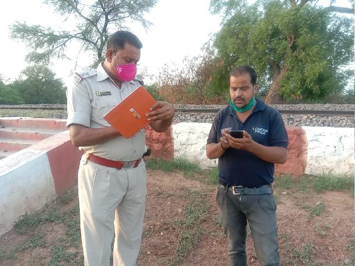 घटना के बाद मृतक के परिजन से पूछताछ करती पुलिस, आबकारी टीम भागी