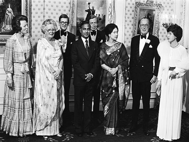 फोटो में बीच में राष्ट्रपति जिया उर्रहमान खड़े हैं। उनके पास काली साड़ी में उनकी पत्नी खालिदा जिया हैं जो आगे चलकर बांग्लादेश की प्रधानमंत्री बनीं।
