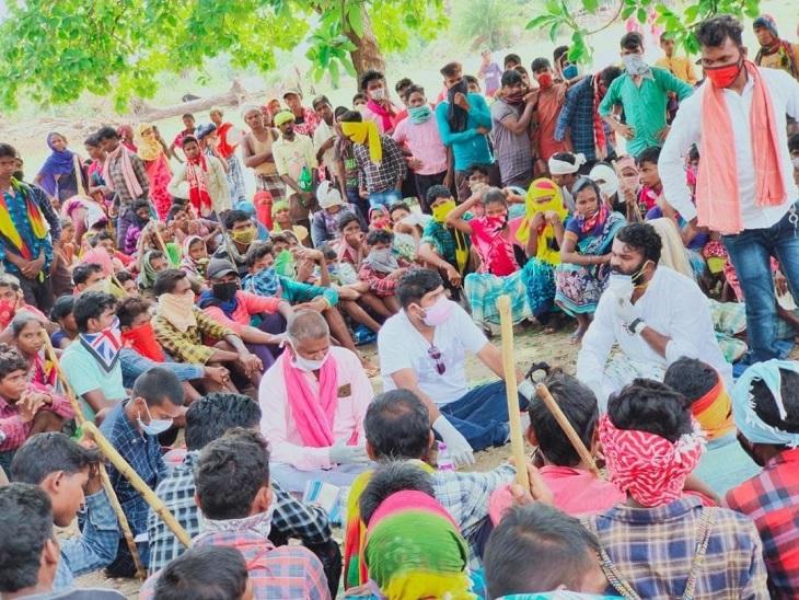 सिलगेर में प्रदर्शनकारी आदिवासियों से चर्चा करते हुए जनता कांग्रेस छत्तीसगढ़ के प्रतिनिधि।