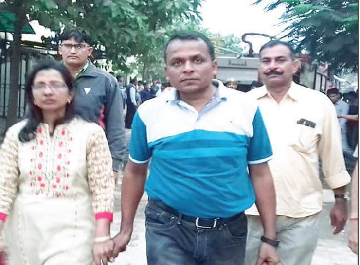 7 नवंबर 2019 को विला में आग लगने से हुई मां बेटे की मौत के बाद पुलिस घटनास्थल से ही डॉक्टर सीमा और उनके पति को पूछताछ के लिए ले गई थी