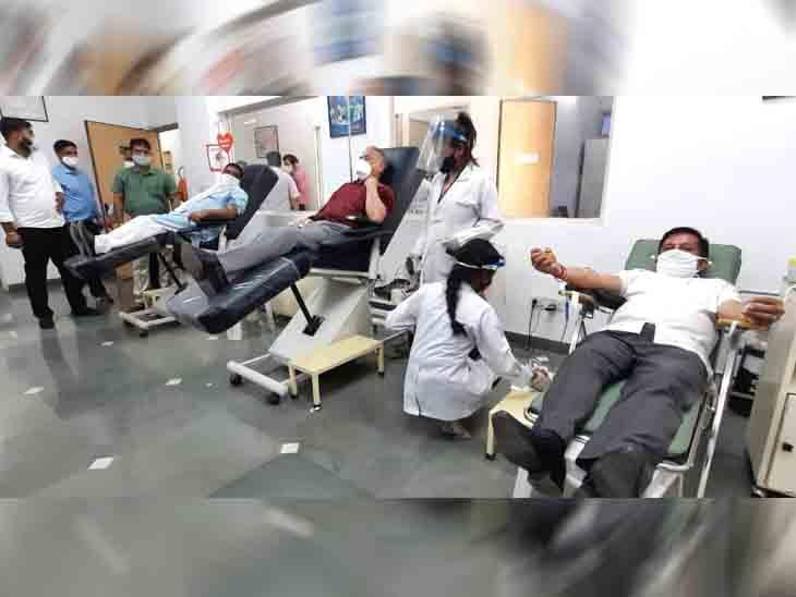 रक्त दान करते स्टेट प्रेसिडेंट अरूण सूद