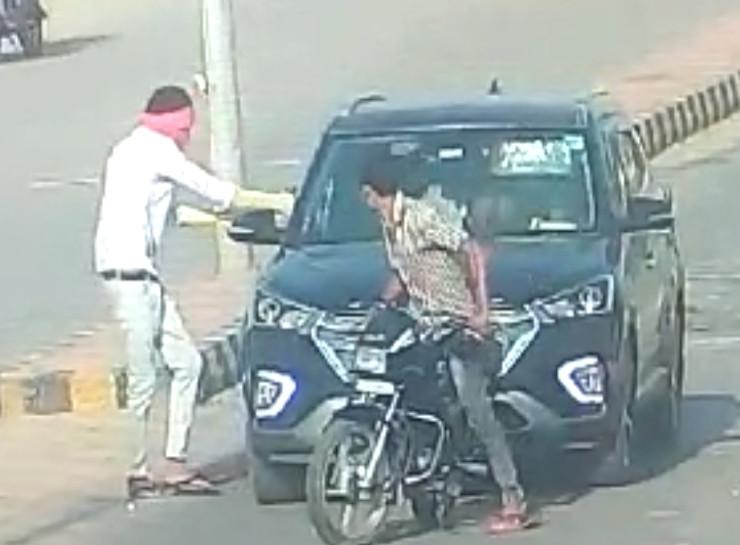 नीमदा इलाके में 28 मई की शाम को डॉक्टर दंपती की हत्या करते हुए बाइक सवार बदमाश