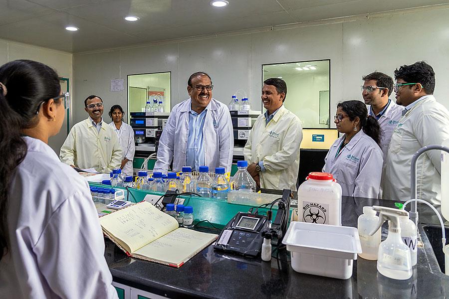 भारत बायोटेक के सीएमडी श्रीकृष्ण एल्ला अपने सहयोगियों से बात करते हुए। भारत बायोटेक एक नेजल वैक्सीन पर भी काम कर रहा है। इसके ट्रायल्स शुरू हो गए हैं। यह देश में बनने वाली पहली नेजल कोरोना वैक्सीन हो सकती है।