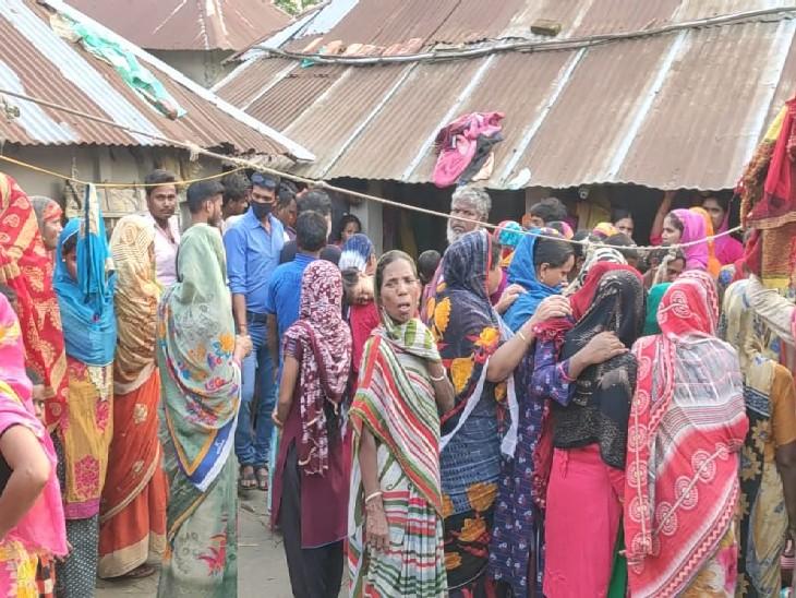 कटिहार में पगडंडी पर चलकर घर जा रहे तीनों बच्चे, पैर फिसला तो गड्ढे में डूबे कटिहार,Katihar - Dainik Bhaskar