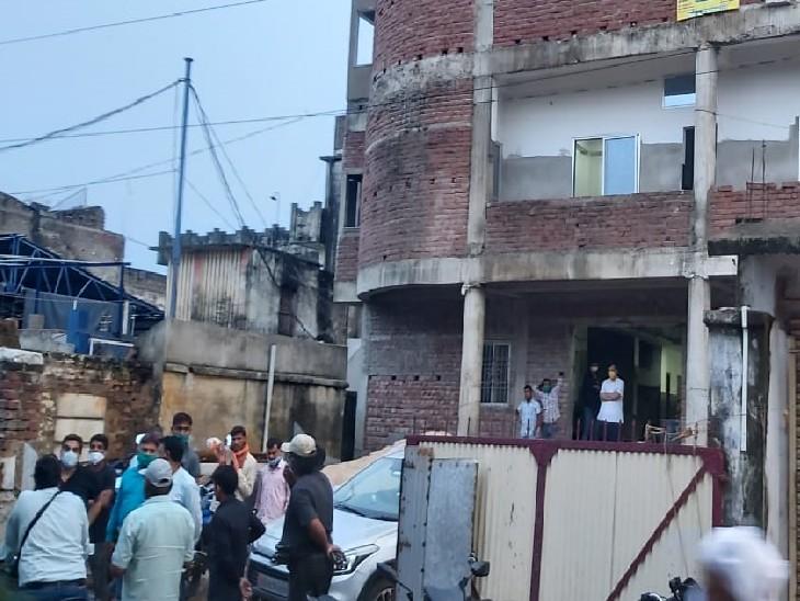 हॉस्पिटल के बाहर लगी लोगों भीड़। - Dainik Bhaskar