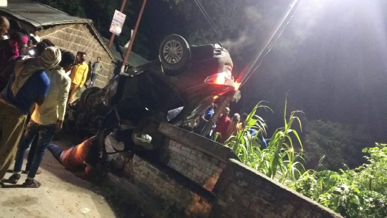 पुल की रेलिंग तोड़ पलटी बेकाबू कार; नीचे दबकर 4 युवकों की मौत, पांचवे की हालत नाजुक, बारात से लौट रहे थे सभी|गोरखपुर,Gorakhpur - Dainik Bhaskar