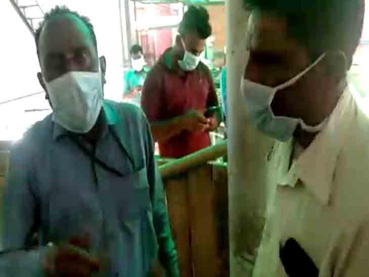 लाश लेने आए लोगों ने चंडीगढ़ की पीजीआई माॅर्चरी के बाहर 1000रुपए में पीपीई किट बेचने का आराेप लगाया|चंडीगढ़,Chandigarh - Dainik Bhaskar