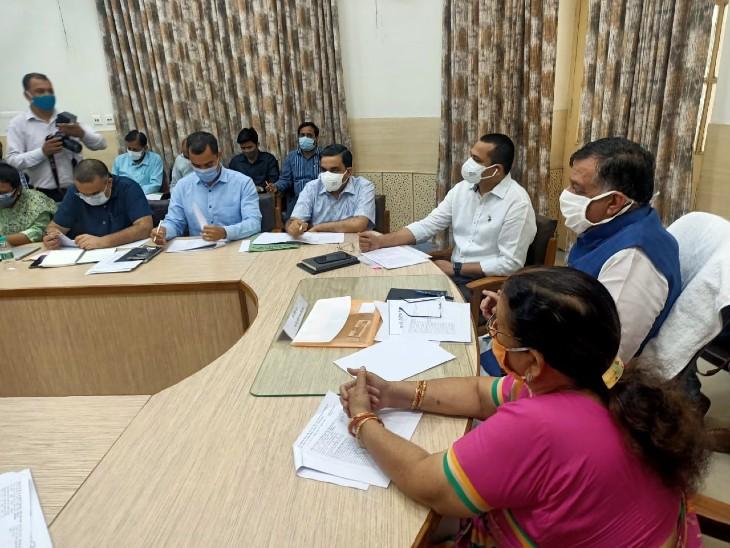 यूपी सरकार में औद्योगिक विकास मंत्री सतीश महाना ने कानपुर के विकास कार्यों की समीक्षा बैठक की। - Dainik Bhaskar