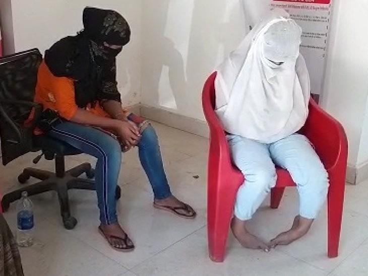 कार्रवाई में पकड़ाई युवतियां। - Dainik Bhaskar