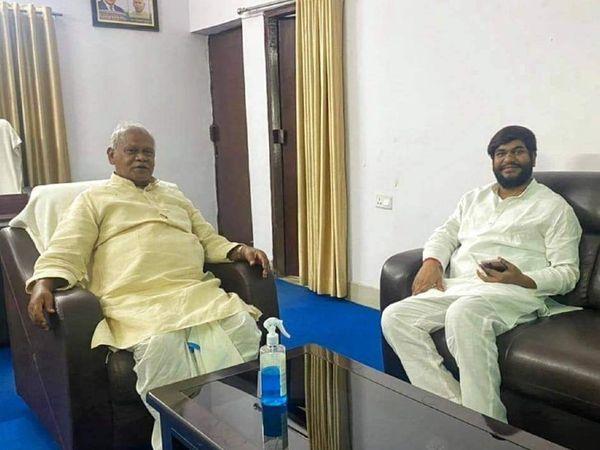 पूर्व मुख्यमंत्री जीतन राम मांझी से मुलाकात करते बिहार के पशुपालन मंत्री मुकेश सहनी।