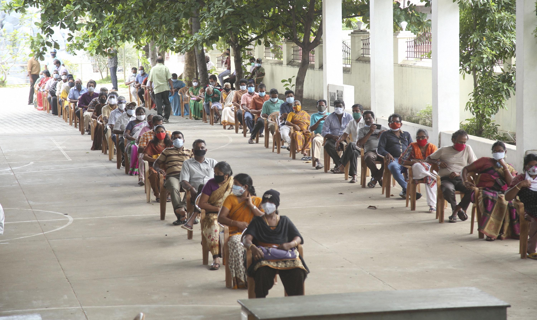 कन्याकुमारी के एक स्कूल में वैक्सीन लगवाने आए लोगों के लिए सोशल डिस्टेंस के पर्याप्त इंतजाम किए गए।