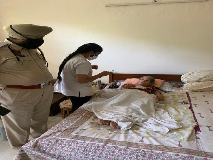 बुजुर्गों के घर में वैक्सीनेशन करवाती मोहाली ट्रैफिक पुलिस की टीम। - Dainik Bhaskar