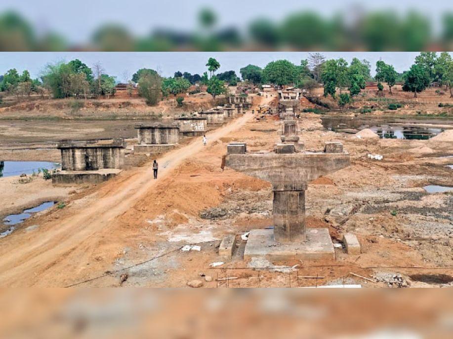 अटेम नदी में साढ़े 3 करोड़ फूंके, साढ़े 5 करोड़ और मिले, फिर भी अधूरा|अंबिकापुर,Ambikapur - Dainik Bhaskar