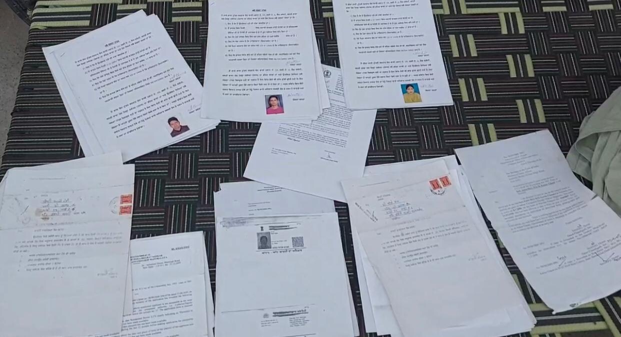 नागरिकता के लिए शरणार्थी परिवारों द्वारा तैयार किए कागजात।