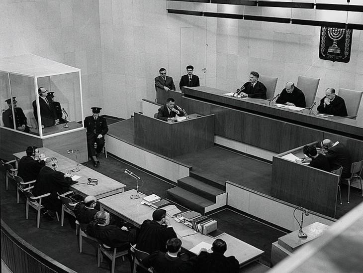फोटो 15 दिसंबर 1961 का है। बाईं तरफ बने ग्लास बूथ में एडोल्फ आइकमन खड़ा है। इसी दिन आइकमन को फांसी की सजा सुनाई गई थी।