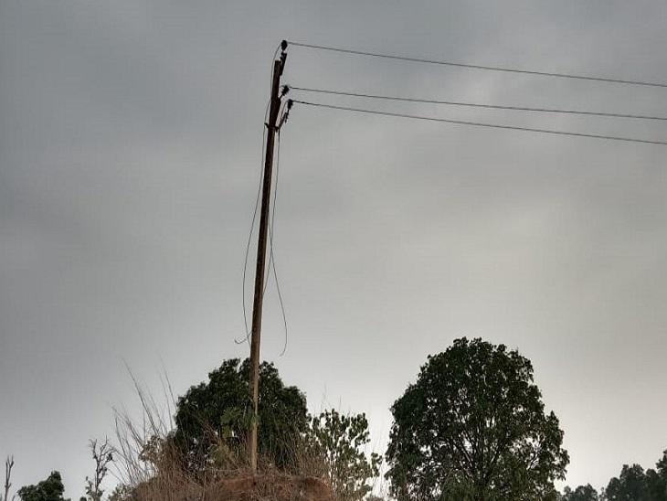 साल्ही के बैगा पारा से हरिहरपुर के लिए बिजली की लाइन गई थी। इसका तार निकाल लिया गया है। कई जगह खंभे तोड़ दिए गए हैं। प्रशासन की ओर से इसकी वजह स्पष्ट नहीं हो पाई है। गांववालों को आशंका है कि परसा कोल ब्लॉक में खनन शुरू करने से पहले ऐसा किया जा रहा है।