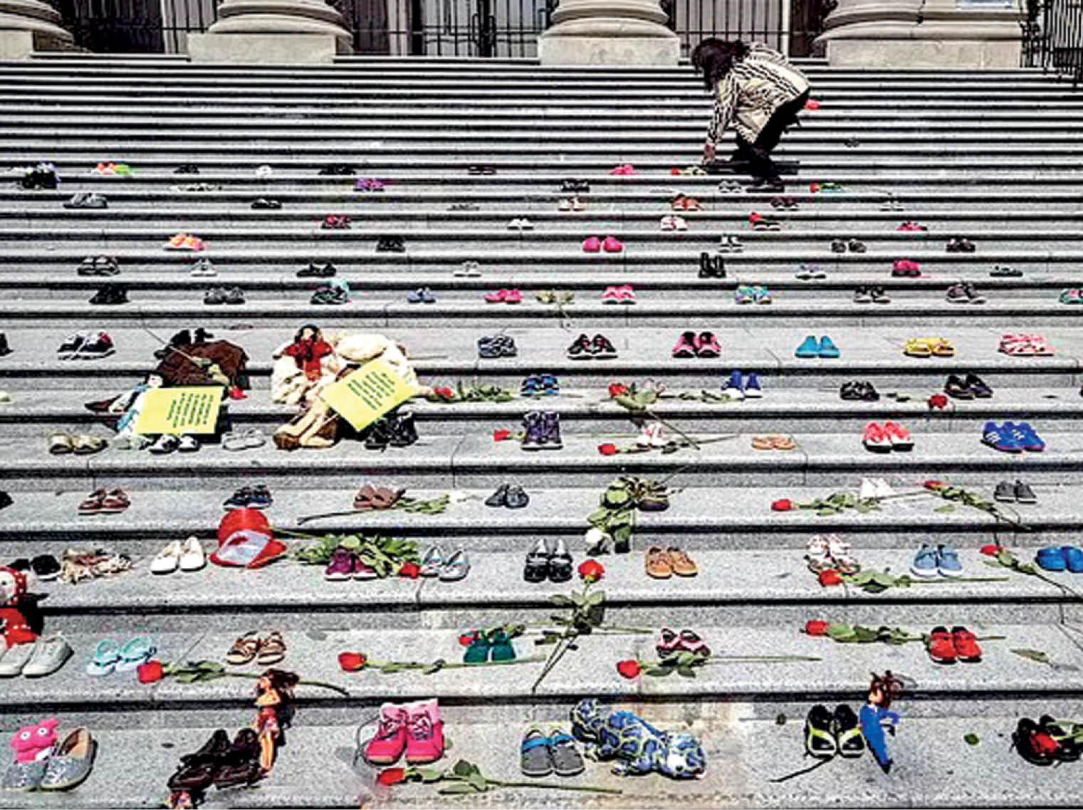43 साल से बंद पड़े स्कूल में दबे मिले 215 बच्चों के अवशेष; वैंकूवर आर्ट गैलरी की सीढ़ियों पर 215 जोड़ी जूतों से श्रद्धांजलि|विदेश,International - Dainik Bhaskar