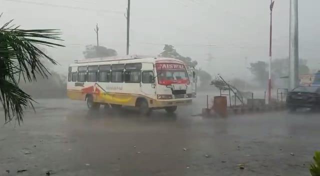 शहर में 15 मिनट तो अंचल में एक घंटे तक बारिश, बुरहानपुर में तेज हवाओं का दौर जारी; ठंडक से 2 डिग्री गिरा तापमान खंडवा,Khandwa - Dainik Bhaskar