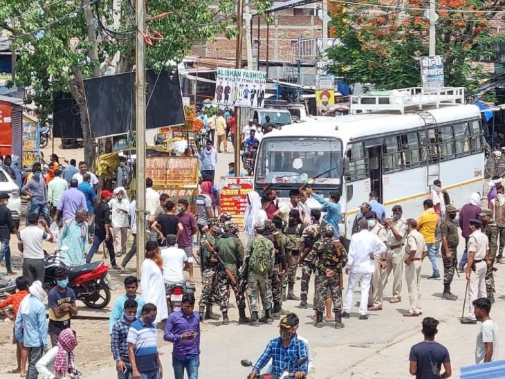 हत्या के बाद सड़क लोगों ने किया प्रदर्शन। - Dainik Bhaskar
