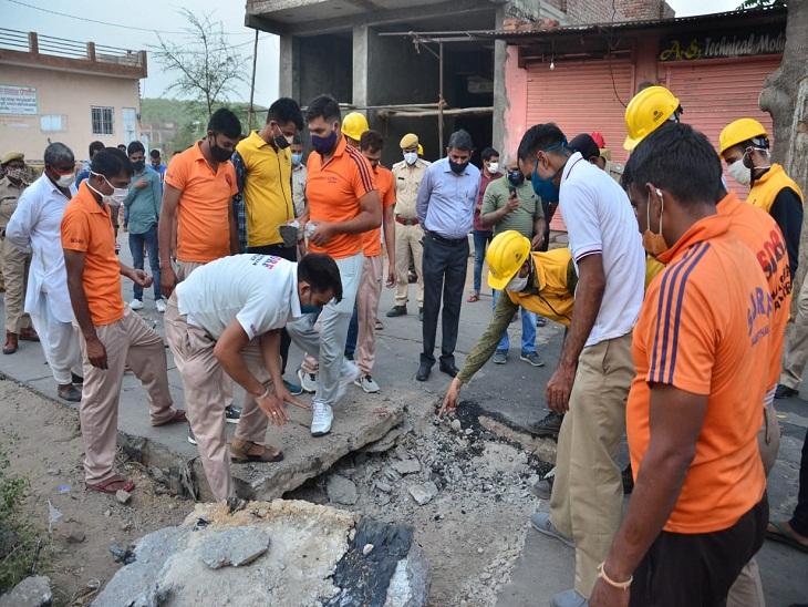 हरमाड़ा में अचानक उखड़ी रोड से लोगों में दहशत,पुलिस ने आसपास के घरों को करवाया खाली, रास्तों को किया बंद, सही कारणों की तलाश में जुटा प्रशासन जयपुर,Jaipur - Dainik Bhaskar