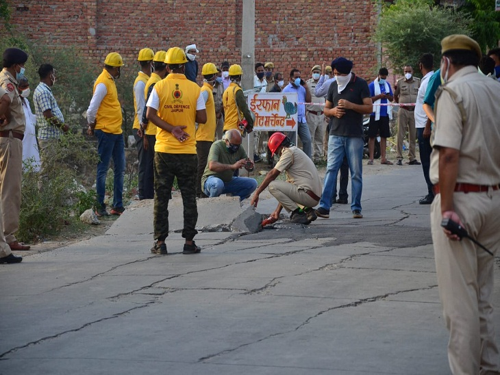 टूटी सड़क की जांच करती अधिकारियों की टीम।