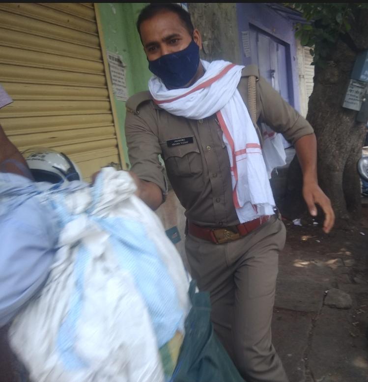 केंद्र सरकार की नाकामियां गिनाने के लिए कांग्रेसी प्रधानमंत्री का पुतला दहन करने आए थे, एक सिपाही आया और पुतला चुराकर भाग गया|झांसी,Jhansi - Dainik Bhaskar
