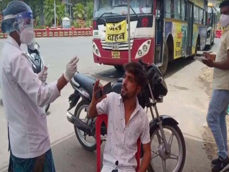 पुलिस ने बेवजह घूमने वालों का किया टेस्ट, रिपोर्ट निगेटिव आने पर भेजा अस्थाई जेल इंदौर,Indore - Dainik Bhaskar