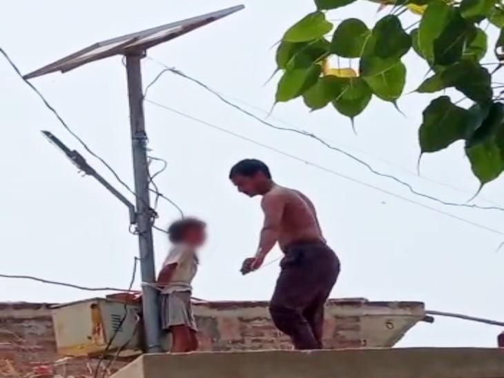 कानपुर देहात में पिता ने 4 साल की बेटी को छत पर सोलर पैनल के पोल से बांधा, पड़ोसियों ने बुलाई पुलिस, मांगी माफी|कानपुर,Kanpur - Dainik Bhaskar