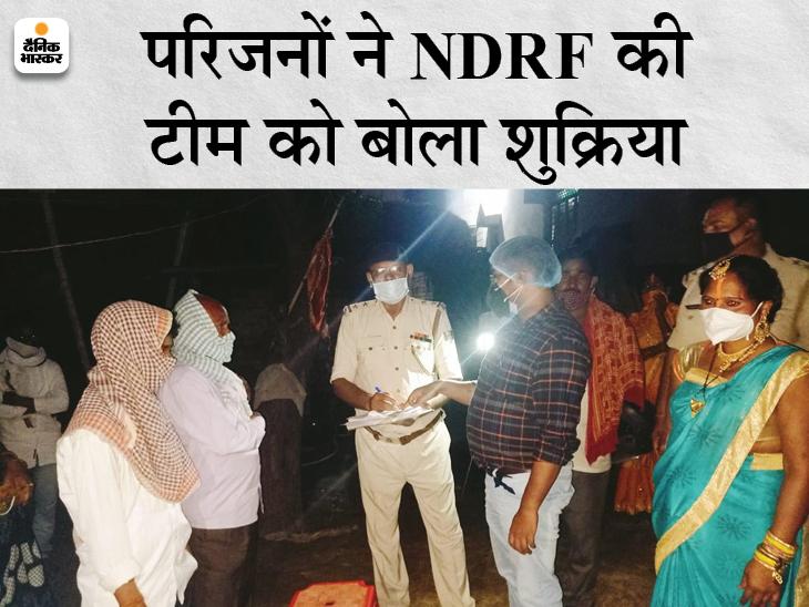 गंगा नदी में मछली मारने निकले मछुआरों की नाव पीपा पुल से टकराकर पलटी, NDRF की टीम ने किया रेस्क्यू बिहार,Bihar - Dainik Bhaskar
