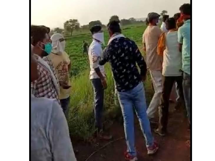 ग्रामीणों ने जुआरियों को पकड़ने के बाद की धुनाई। - Dainik Bhaskar